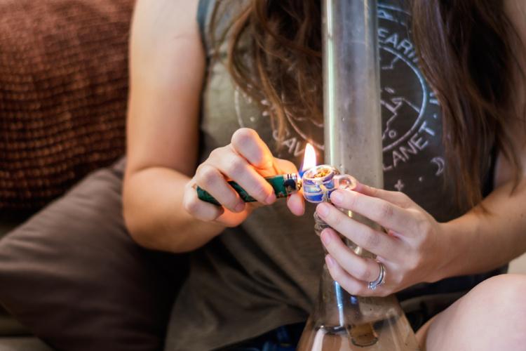 How to smoke cannabis using a bong